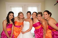 Love the idea of alternating colors on bridesmaids dresses. Esp to put maid/matron of honor in the different color.