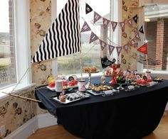 Pirates Party - so clever, how the tablecloth transforms the table into a pirate ship!  ( FYI...This links to a website in Spanish)