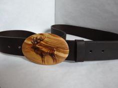 """Dieser Ledergürtel mit Motiv-Holzschnalle """"Hirsch"""" in breiter Version ( 38 mm ) ist ein echtes Highlight.  Mit handgefertigter und beschnitzter Schnalle und echtem Büffel-Ledergürtel.  Der Gürtel kann rasch und einfach selbst gekürzt werden. Länge = 125 cm  Auf Wunsch können auch andere Motive gefertigt werden.  Die Farben können Aufgrund der verschiedenen Bildschirme und Auflösungen leicht abweichen"""