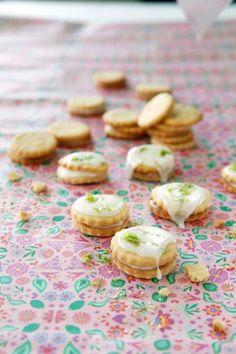 Pirteät pikkuleivät ovat limetinystävän makuun. Kuorrutus aateloi täytekeksit sopiviksi vaikka valmistujaistarjoiluun.