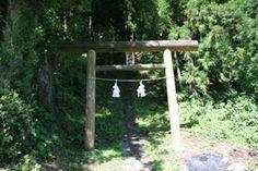 長野県飯山市の白山神社です。-Hakusan Jinja (Iiyama City,Nagano)- こちらの神社には、長野県に残る神社建築の中でも、特に古い年代に建てられた本殿があります。1425年に建てられた本殿で、タテ60センチほどで高さ2mほどの規模の小さな社殿です。