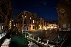 Photo prise lors d'un séjour à Venise.  Version HD : https://500px.com/photo/177577437/venise-3941-by-wilzone-photo Site : http://wilzone4.wix.com/wilzonephoto #Wilzonephoto #Venise #Italie #Italy #Venezia #Italia #Night