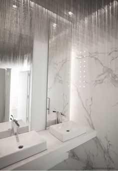 It doesn´t matter its application, Dekton Aura 15 always causes a WOW effect that leaves us speechless. It looks spectacular in this bathroom designed by Myriam Heredia and Victor della Vecchia! #interiordesign #design