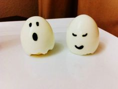 10 Healthy Halloween Treats Kids Will Love Want to make breakfast a booo-tiful event? Turn hard-boiled eggs into Casper-like ghosts. Just peel eggs and use a black edible marker to draw on faces. Extra points for adding a jagged cut at the bottom. Halloween Breakfast, Halloween Treats For Kids, Spooky Treats, Breakfast For Kids, Holidays Halloween, Halloween Fun, Health Breakfast, Incredible Eggs, Amazing
