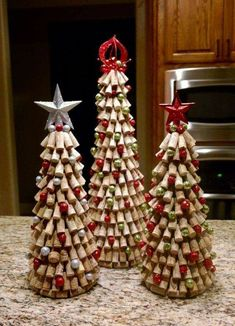 Easy Upcycle Wine Cork Ideas Crafts For Kids Weinkorken Kunsthandwerk; Easy Upcycle Wine Cork Ideas Crafts For Kids Wine Cork Crafts; Easy Wine Cork Ideas handicrafts for children ideas For Kids Wine Cork Wreath, Wine Cork Ornaments, Wine Cork Art, Ornaments Ideas, Handmade Ornaments, Christmas Tree Crafts, Holiday Crafts, Christmas Decorations, Wine Cork Christmas Trees