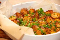 Bedste opskrift på kartofler i ovn. Kartoflerne bages med lidt olivenolie, paprika og oregano. Brug gerne små kartofler.
