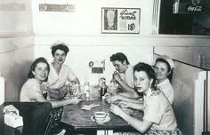 Waitresses on Break Berkeley Diner 1950s Diner, Retro Diner, Going To Work, Going Out, Restaurant Booth, American Diner, First Down, Black And White Pictures, 1950s Fashion