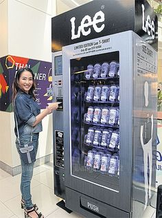 Lee T-shirts vending machine - great idea and so useful - if you have a leisure… Ad Design, Store Design, Interior Design, Vending Machines In Japan, Vending Machine Business, Claw Machine, Retail Experience, Machine Video, Guerrilla