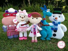 """Kit Doutora Brinquedos em feltro com 5 (cinco) personagens, sendo: Doutora Brinquedos, Hallie, Stuffy, Gelinho e Lambie com 30 centímetros de altura.    Observações:  1) Acompanha suporte em MDF cru para manter o personagem em pé;  2) Todas as dúvidas podem ser sanadas através do botão """"contatar ..."""