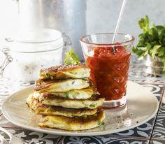 Auch wenn es nicht nach viel aussieht, aber diese Küchlein mit der Tomatensauce sind eine vollwertige Mahlzeit, die ganz gut ohne Beilage zurechtkommt.