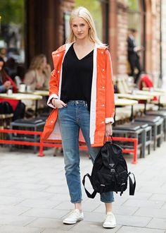 Dica pro inverno: aprenda a inserir cor em um look sóbrio. Como nesse look básico de camiseta preta, jeans e tênis branco. A cor ficou por conta da parka laranja.