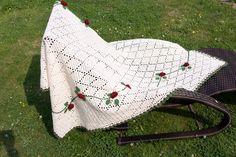 Immer ein attraktives Accessoire ist eine kuschelige handgearbeitete Decke, zumal wenn sie ausschaut wie aus Omas guten, alten Zeiten. Der Clou bei diesem schönen Stück sind die Häkelrosen, die ein echter Hingucker sind.