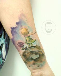 O artista capixaba versátil João Victor Martins cria tatuagens detalhadas que misturam diversos estilos: aquarela, linhas finas, caligrafia e mais.