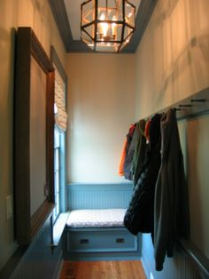 pretty mudroom featuring a circa lighting lamp.