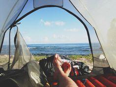 le matériel indispensable pour partir en camping. Un résumé des choses à emporter lorsqu'on part camper avec son sac à dos, ainsi que pour ceux qui décident de partir en voiture.