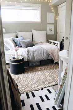 Check Out This Tiny Bedroom For Decoration Ideas And Organizational  Efficiency. Ideen