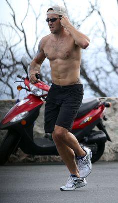 Alex OLoughlin jogging in Oahu- getting ready for season 4!!!