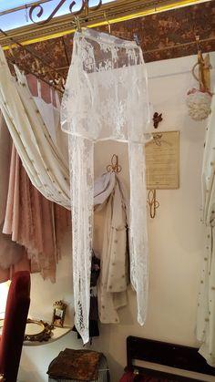 Une veste boléro en dentelle de Caudry