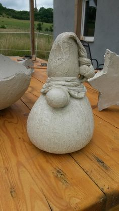 Søde beton nisser - looks like nylon stockings with concrete in?Bilderesultat for old nylon stockings concret diyThe concrete mix poured into the old pancakes and hung on the pole: When they saw the result of the neighbors, the orders began to grow! Cement Art, Cement Planters, Concrete Cement, Concrete Crafts, Concrete Projects, Concrete Garden, Concrete Leaves, Papercrete, Gnome Garden