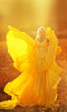 💛 Fine Art 📸 Photographie aux nuances de jaune no 8 📸 Mellow Yellow, Purple Yellow, Yellow Dress, Black N Yellow, Lemon Yellow, Color Yellow, Yellow Submarine, Yellow Fashion, Shades Of Yellow