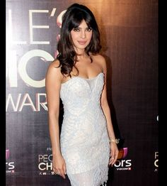 Priyanka chooses simple and sobre, sans any ornaments, wavy tousselled hair  and does the bare minimum look perfectly