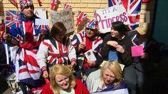 G1 - Fã da família real britânica faz 80 anos em frente a hospital que aguarda Kate - notícias em Mundo