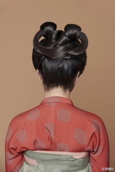Tutorial for a Tang-dynasty inspired hairdo, the original style is called the 'Lily' (百合髻). Creative Hairstyles, Popular Hairstyles, Bun Hairstyles, Hairstyle Ideas, Women Ties, Chinese Clothing, Hair Strand, Hair Ornaments, Hanfu
