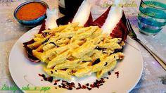 Le penne radicchio, ricotta e curcuma costituiscono un primo piatto dal sapore particolare in cui il gusto amarognolo del radicchio viene addolcito dalla ricotta, in una cornice di sapore esotico e speziato dato dalla curcuma.