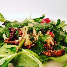 #Auflauf mit #Pilzen #Spargel und #Paprika auf #Feldsalat an #Bärlauchpesto #roh #rohvegan #vegan #rawbalance #rawfood #veganraw