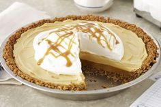 A butterscotch pudding pie with a pecan-graham crumb crust and a caramel drizzle - have we got your attention yet? This Butterscotch-Pecan Pudding Pie is a must-try recipe! Pudding Au Caramel, Chocolate Banana Pudding, Banana Pudding Pies, Kraft Recipes, Easy Pie Recipes, Instant Pudding, Köstliche Desserts, Dessert Recipes, Biscuits Graham