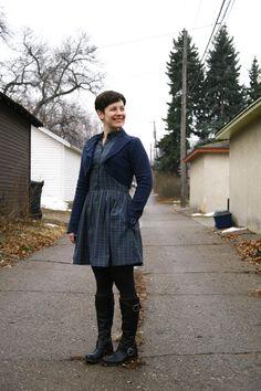 Suéter azul, #traje de cuadros escoceses en tonos azules, #medias gris oscuro, y #botas negras. Combinación de @Already Pretty.