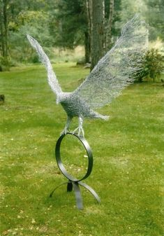Wire eagle landing on a steel base Chicken Wire Art, Chicken Wire Sculpture, Chicken Wire Crafts, Wire Art Sculpture, Tree Sculpture, Garden Sculptures, Metal Sculptures, Abstract Sculpture, Bronze Sculpture