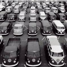 Volkswagen Transporter o cómo pasar de solución económica a furgoneta premium Volkswagen Transporter, Volkswagen Bus, Vw Camper, T3 Vw, Campers, Volkswagen Factory, Vans Vw, Kombi Last Edition, Vw T1 Samba