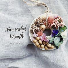 ワックス(蝋)の中にお花やフルーツ、アロマを詰め込みました玄関、トイレ、クローゼットに置いて香りをお楽しみください.。*゚+.*.。自分用にはもちろんのこと大切な方への贈り物にもいかがでしょうか?環境にもよりますが、香りは1年ほど持続します Size:φ7(cm)——ご注文方法————————【備考欄にご希望の〈香り〉を記載してください】〈香り〉https://www.creema.jp/exhibits/show/id/2744447こちらのページよりお選びください———————————————◇ラッピングについて◇有料ラッピング(+100円)は、窓付きの箱に入れて発送いたします※同じ作品をまとめてご購入の方は2個以降のラッピング料はかかりません◇注意事項◇・ご注文頂いてからの作成になります。香りやお色、紐などが選べる作品は備考欄に記載をお願いしています。記載がない場合は1度こちらからご連絡いたしますが、1週間経って返信がない場合「おまかせ」していただいたこととして作成、発送いたします。・天然の素材を使用していますので...