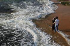 """Pareja en el mar de Galle Face Green. Conoce más en nuestro #artículo: """"Una Tarde Local en Colombo: Galle Face Green"""". #SriLanka #Colombo #Blog #TravelBlog #BlogDeViajes #SLinMyEyes"""