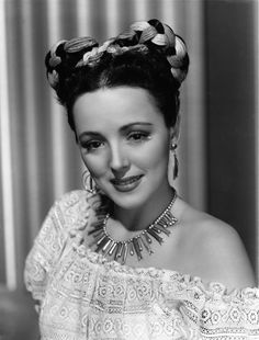 Lina Romay 1945 Mexican style braided hair and off the shoulder blouse fabulous look! 1940s Hairstyles Short, Side Bun Hairstyles, Vintage Hairstyles, Wedding Hairstyles, Updo Hairstyle, Hollywood Fashion, Hollywood Style, Hollywood Actresses, Classic Hollywood