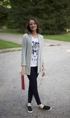 High-waist blue jeans, a floppy hat, a really long cardigan and slip-on sneakers make your best cute and relaxed style. slip on sneakers outfit spring Cozy Fall Outfits, Spring Outfits, Casual Outfits, Casual Jeans, Outfits Leggins, Cardigan Outfits, Long Cardigan, Cute Outfits For School, Outfits For Teens