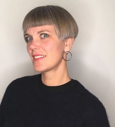 Image may contain: one or more people and closeup Short Wedge Hairstyles, Stacked Bob Hairstyles, Very Short Haircuts, Hairstyles With Bangs, Cool Hairstyles, Short Hair With Layers, Short Hair Cuts, Short Hair Styles, Crop Haircut