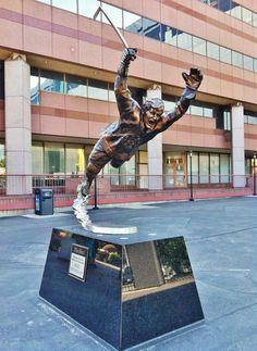 Photo taken at Bobby Orr Statue @ TD Garden by Kevin V. Hockey Teams, Hockey Players, Ice Hockey, Boston Sports, Boston Red Sox, Nhl Wallpaper, Quotes Girlfriend, Hockey Boards, Bobby Orr