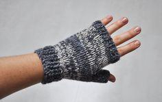 Mitaines jersey – facile – Julypouce tricote Fingerless Gloves Crochet Pattern, Knit Mittens, Knitted Gloves, Easy Knitting, Knitting Patterns Free, Leather Bracers, Crochet Magazine, Lana, Knit Crochet