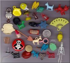 LOT OF 33 VINTAGE TOYS AND GUMBALL CHARMS.