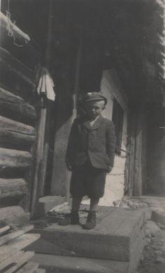 Dušan Zubček pred drevenicou - fotoarchiv: Dušan Zubček - 1945