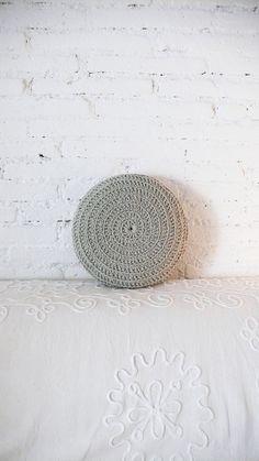 Round Pillow Crochet  grey por lacasadecoto en Etsy, €24.00