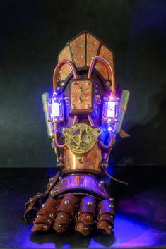 A Steampunk Bracer/Gauntlet. Steampunk Bracer and Gauntlet Mark II Steampunk Cosplay, Chat Steampunk, Steampunk Armor, Steampunk Kunst, Style Steampunk, Steampunk Gadgets, Steampunk Design, Steampunk Fashion, Gothic Fashion