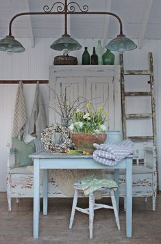 Vår i Vibeke Design butikken Porches, Vibeke Design, Dere, Beach Bungalows, Nordic Interior, Spring Home Decor, Cottage Interiors, Milk Paint, Shabby Vintage