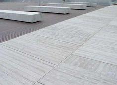 Pavimento exterior de losas de hormigón de 191x52x8 cm y 127x22x8 cm sobre…