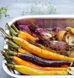 Légumes racines confits au four de Martine Fallon Dans un plat poser 2 betteraves rouges coupées en 4, 2 oignons rouges et 2 échalotes, 2 gousses d'ail, 2 carottes, 1 panais coupés en tronçons ou en 2 dans la hauteur, 1 patate douce. A la carte selon les disponibilités : carottes rouges ou jaunes, navets. Verser un fin filet d'huile d'olive, sel, poivre, laurier, thym ou romarin. Enfourner à 170°C pendant 15 mn, retourner les légumes, encore 15 mn à four chaud, ensuite encore 1 h à 120°C.