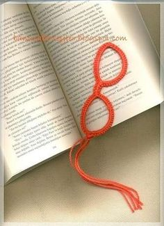 easter crochet patterns old spectacle frame - eski gzlk erevesi Marque-pages Au Crochet, Crochet Thread Size 10, Crochet Books, Crochet Stitches, Crochet Bookmark Pattern, Easter Crochet Patterns, Crochet Bookmarks, Crochet Christmas Gifts, Crochet Gifts