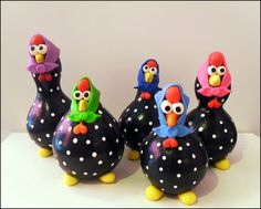 Galinha em Cabaça!  Galinha de cabaça, pretinha com bolinhas brancas e um lençinho delicado na cabeça, lembra a galinha de angola.  As cabaças não tem um tamanho um padrão, então uma nunca sai igual  a outra no formato.  IMPORTANTE!! 1. O Pedido mínimo para compra na loja é de R$ 40,00 + o... Pottery Sculpture, Sculpture Clay, Soft Sculpture, Chicken Crafts, Chicken Art, Clay Birds, Ceramic Birds, Paper Mache Animals, Gourds Birdhouse