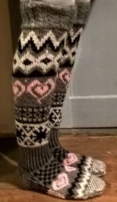 Novita 7-bröder Cable Knit Socks, Knitting Socks, Thick Socks, Leg Warmers, Slippers, Ankle, Wool, Crochet, Inspiration